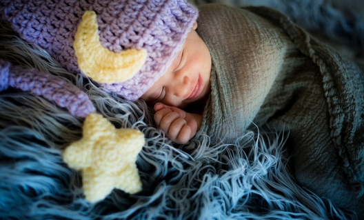 newborn-sleeps-with-hat