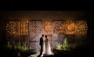bride-and-groom-kiss-under-chicago-sign
